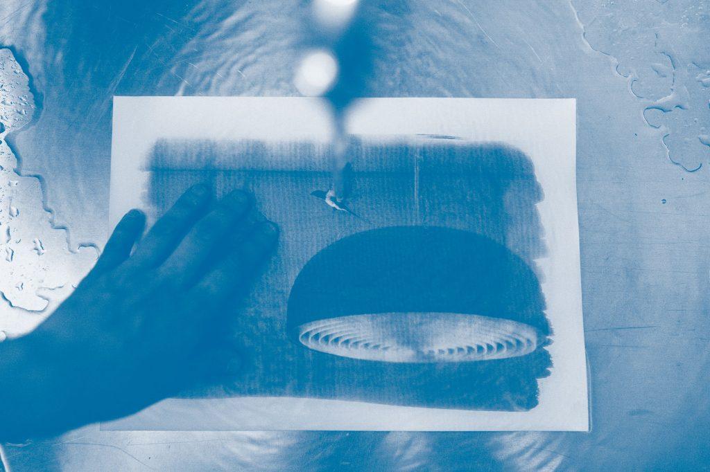 Cyanotypie Druck auswaschen und machen beim Workshop mit Martin Schachenhofer in der Guten Stube Andelsbuch.